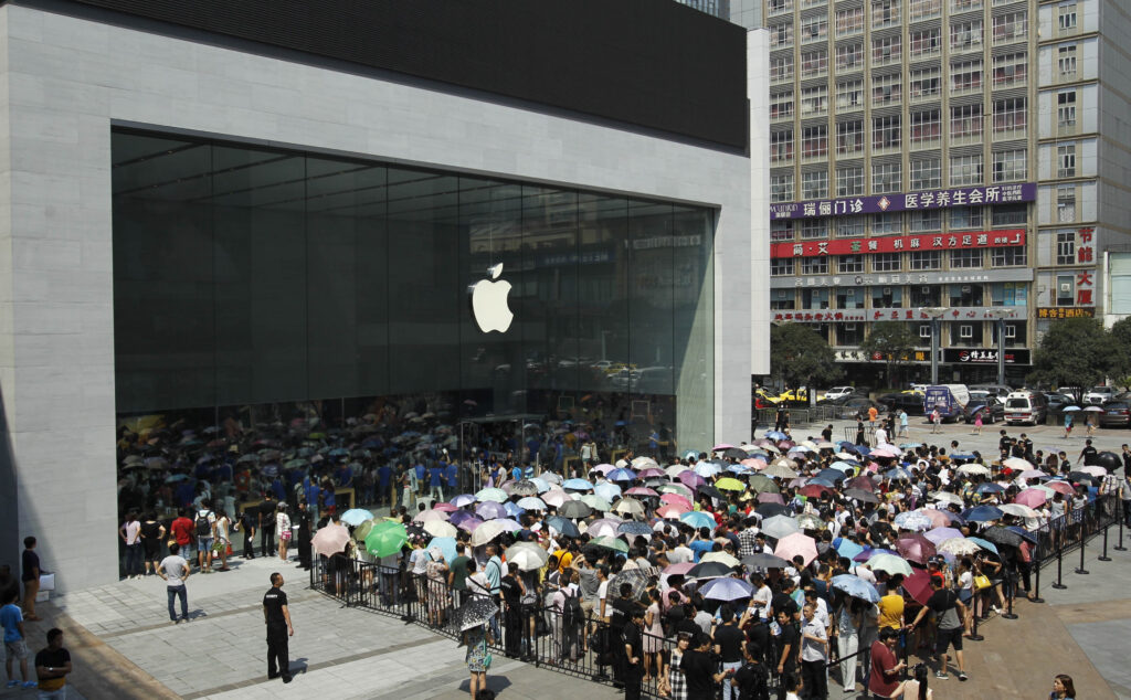 long queue at Apple's store in China - iphone 13