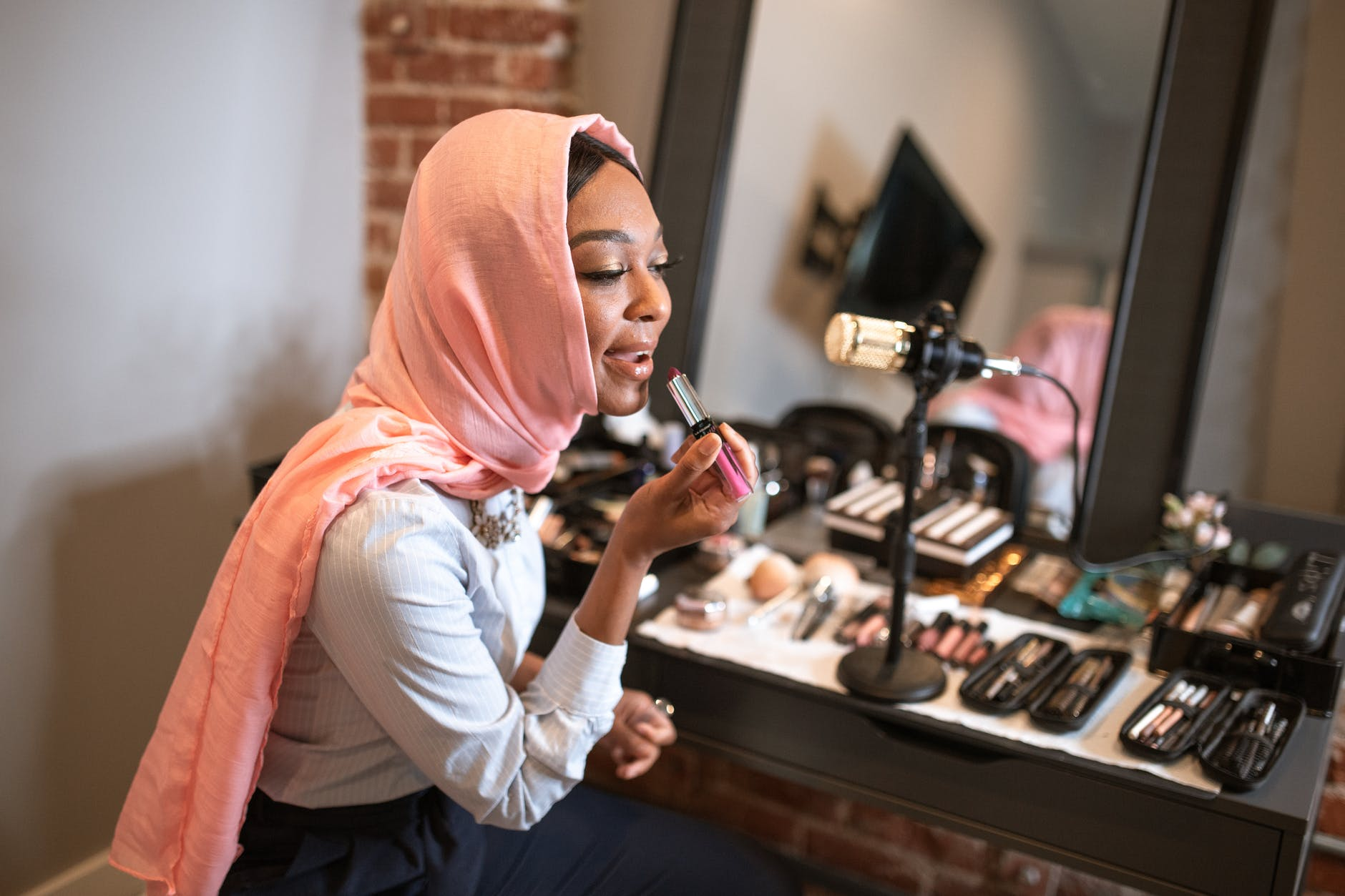 become a makeup artist - business opportunities in nigeria in 2021 - Sam&Wright